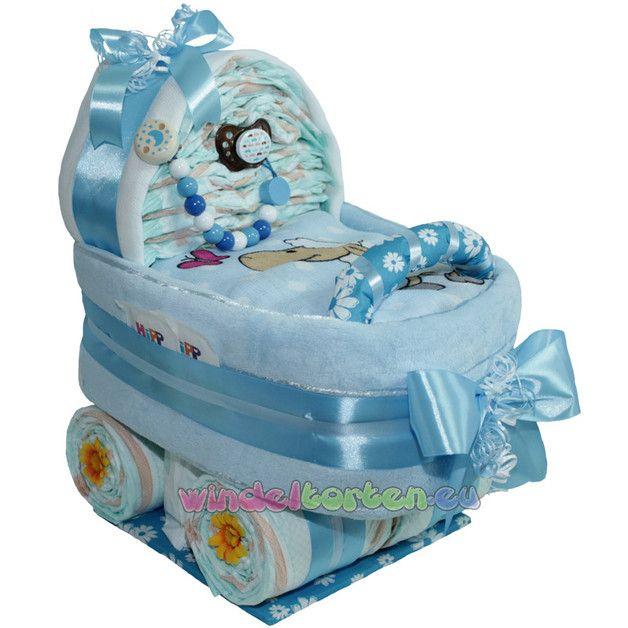 gro er windelwagen baby boy dekoriert mit bunten b ndern und schleifen wird die windeltorte. Black Bedroom Furniture Sets. Home Design Ideas