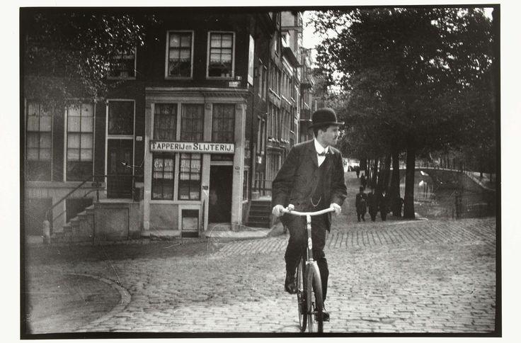 Cyclist on the Prinsengracht in Amsterdam, George Hendrik Breitner, Harm Botman, c. 1890 - c. 1910