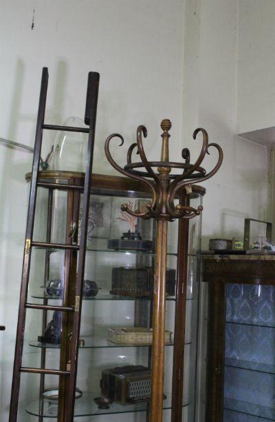 Esposizione in via Andreis 18/1 con valutazione e acquisto di mobili di antiquariato, arte orientale, sculture e orologi di pregio.
