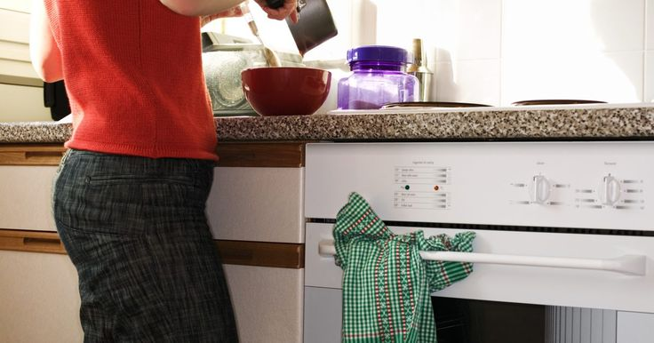 Cómo limpiar el área entre los dos vidrios de la puerta del horno. A veces, con el uso normal del horno, los derrames pueden acumularse entre las capas de vidrio en la puerta. Ésta puede ser una vista molesta para un horno que, de otro modo, está completamente limpio. Si esto ocurre y tu horno aún se encuentra bajo garantía, puedes llamar al servicio para remediar esta situación. Si tu horno ya no está cubierto ...