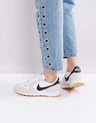 Белые кроссовки Nike Internationalist
