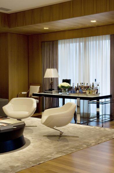 A escultura traz modernidade ao living, que tem atmosfera clássica. Adorei essa mesa espelhada ;) Aqui o móveis preencheram os espaços sem...