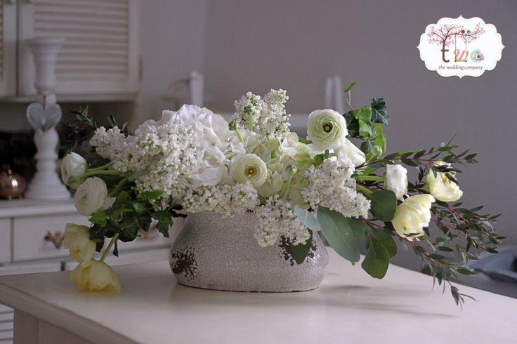 White lilas&ranunculus centrepiece