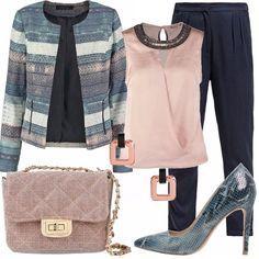 Outfit per una sera elegante in questi giorni di pioggia. Blazer a righe elaborate nei toni del blu/grigio, camicetta senza maniche rosa chiaro, pantaloni morbidi blu, décolleté pitonate blu. Completano l'outfit una tracolla rosa e degli orecchini rosa.