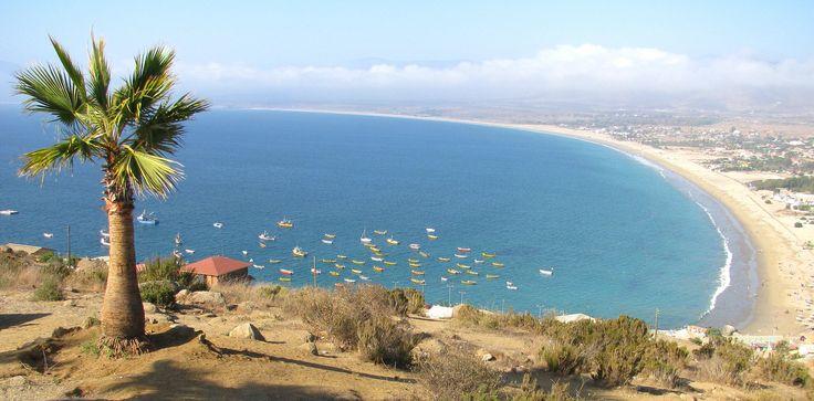 https://flic.kr/p/bPPf6H | Mirador de Guanaqueros | Desde el cerro pudimos ver como la playa de Guanaqueros se extiende a lo largo de bahía y  termina por fundirse con las nubes que avanzan lentamente sobre el horizonte. Las pequeñas figuras amarillas que flotan sobre el Oceáno Pacífico son las embarcaciones de los pescadores artesanales. La inmensidad del paisaje y la tranquilidad del lugar invitan a la contemplación de este hermoso balneario del norte de Chile.  Lee sobre este lugar en mi…