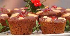 """Muffin di Natale  Ingredienti:  250g di farina """"00"""" 200g di miele mille fiori fuso 150g di mandorle con la pelle  50g di pinoli 100g di ma..."""