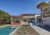 En el barrio chic de La Jolla en San Diego, California, esta sofisticada y acogedora casa por Manuel Oncina Architects es el hogar de una pareja apasionada por el diseño, el arte y la arquitectura.