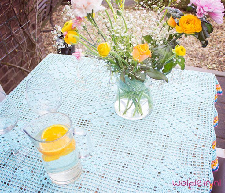 Tafelkleed haken? Dit kleurrijke kleed van Saskia Laan is super leuk! Bekijk hier het gratis patroon en maak ook dit gehaakte kleed met bloemen