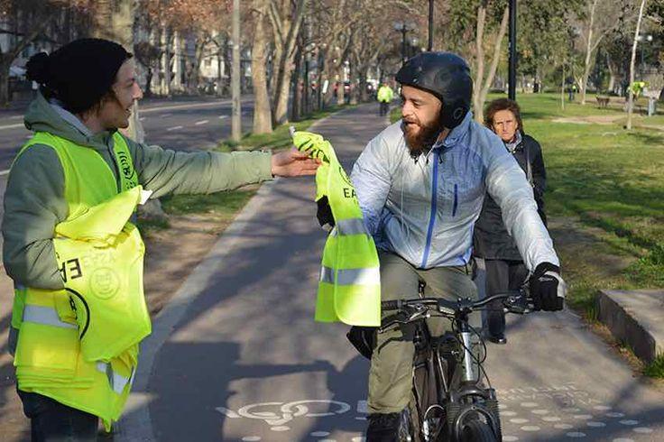 Campaña en las ciclovías de la Región Metropolitana busca que ciclistas puedan ser visualizados a distancia.