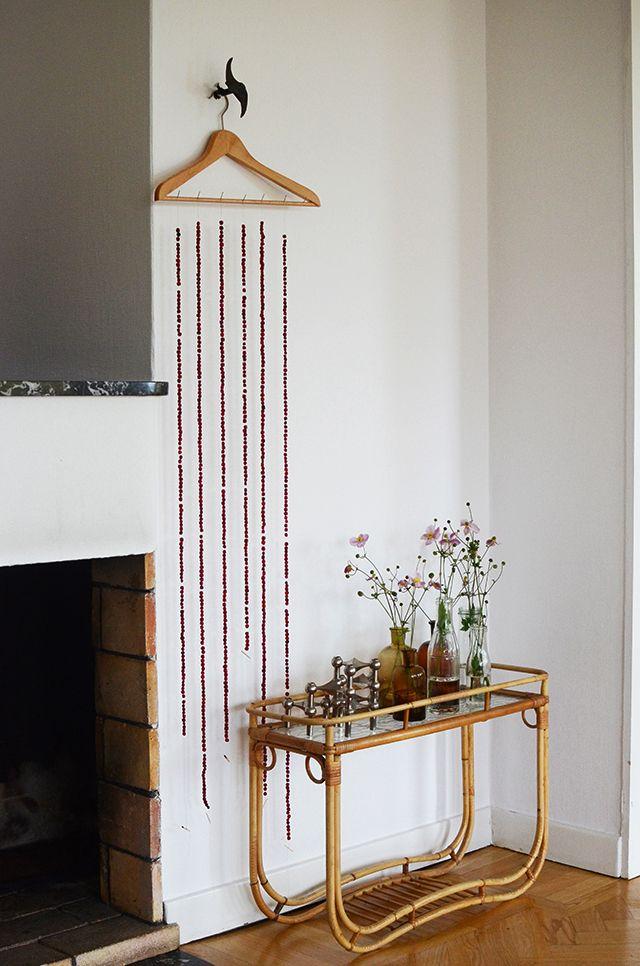 Torka rönnbär på tråd till rönnbärsgirlanger