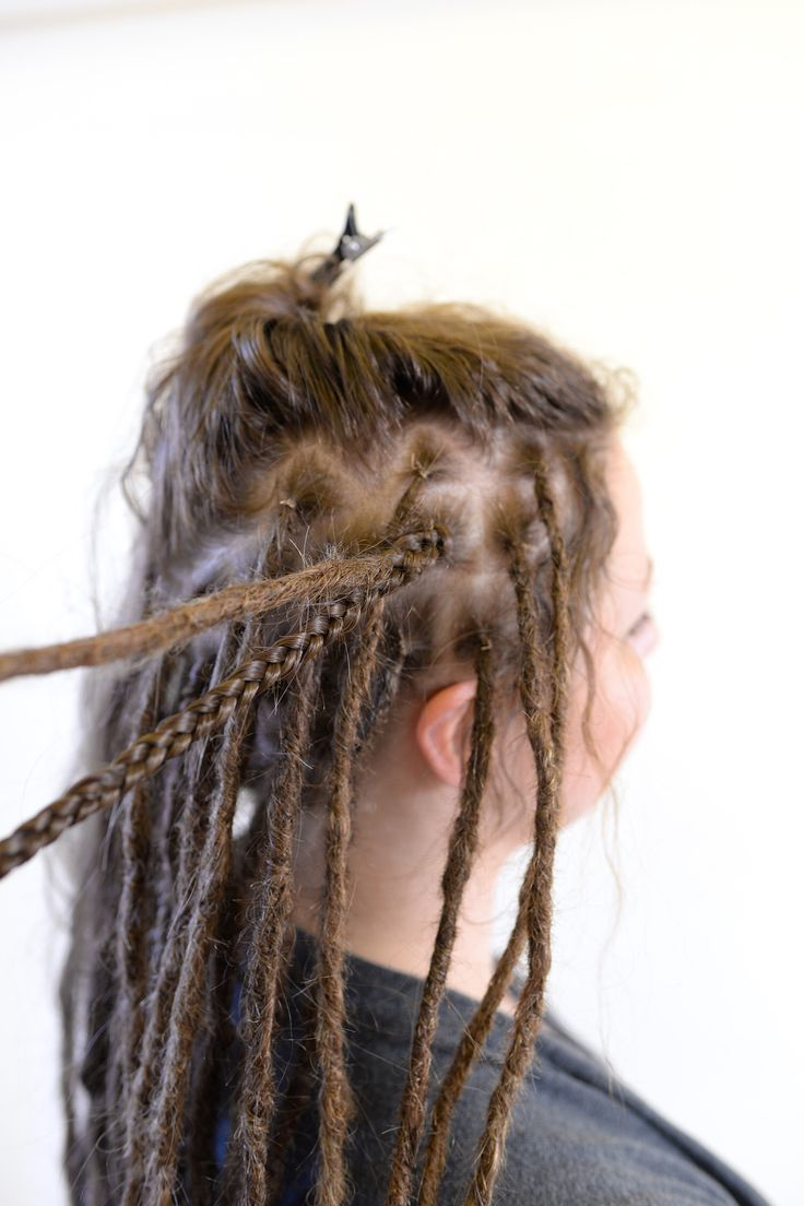 I've got a lot of questions how I do when I braid in braids out of synthetic hair into a head of dreadlocks. Well here you can see it up close, I braid about 2-3 cm with the dreadlock and then just take the dreadlock out of the braid and continue to braid the synthetic hair until there is no hair left.