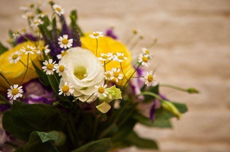Букет. Композиция. цветы: Розы, Эустома, Матрикария, Статица.