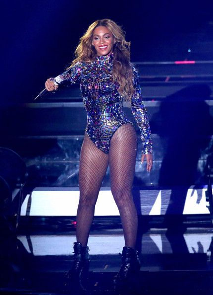 Beyonce Knowles Photos Photos - Singer Beyonce performs onstage during the 2014 MTV Video Music Awards at The Forum on August 24, 2014 in Inglewood, California. - MTV Video Music Awards Show