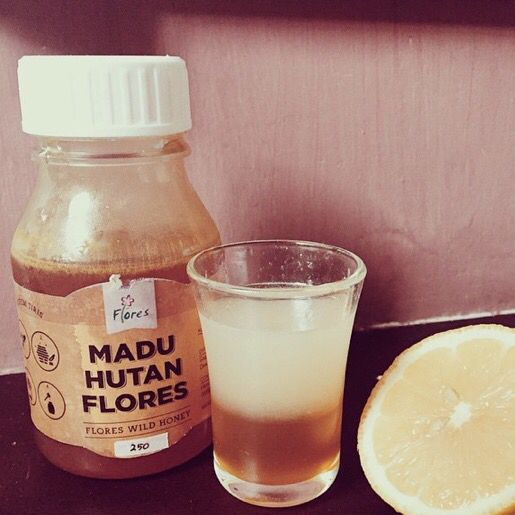 Not feeling well? Make honey lemonshot with honey from @maduhutanflores & lemon. Stay healthy friends ❤️ Photo credit @_wien. Follow our Instagram, Twitter & Fb page @indohomemade for more Indonesian homemade food.