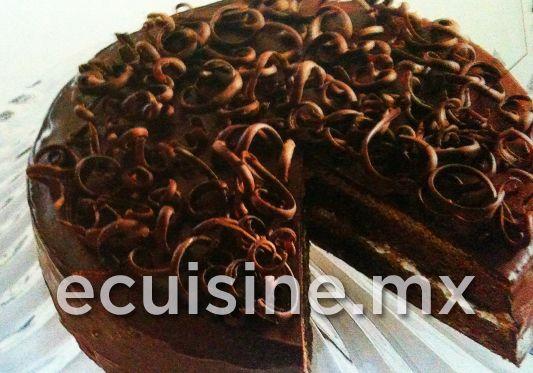 PASTEL DE CHOCOLATE Y MALVAVISCO Pastel de chocolate, endulzado con azúcar moscabado, preparado con relleno de malvavisco y cubierto con un glaseado de chocolate.  http://ecuisine.mx/recipe.php?id=340