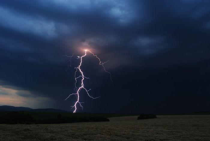 Молния во мгле. Автор фотографии: Szemаn Viktor.