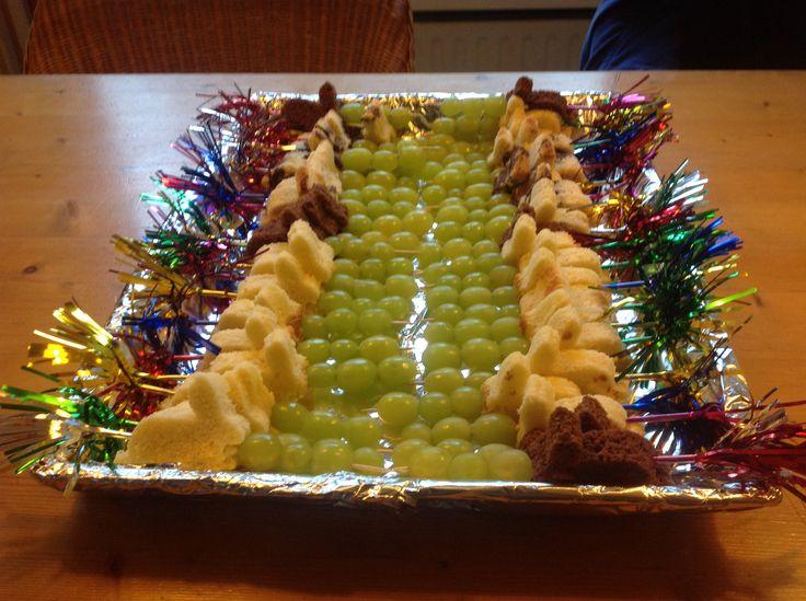 Traktatie, konijntjes van cake op een prikker met druiven!