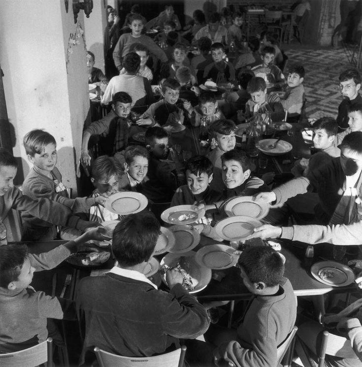 Les photographes de nos vacances (4/8) : Robert Doisneau. Des enfants tendent leur assiette, dans le réfectoire d'une colonie de vacances, 1956. ROBERT DOISNEAU / GAMMA-RAPHO