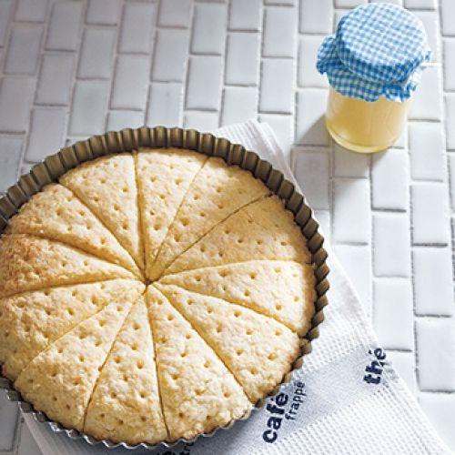 スコーンと同じ作り方で、ショートブレッドのように焼いたクッキーにミルクジャムを合わせます。