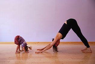 Yoga pour les enfants : comment apaiser les tout-petits / Les adultes ne sont pas les seuls à ressentir les effets du stress : les enfants aussi peuvent en être affectés. Ces quelques postures de yoga simples et ludiques les aideront à relaxer.