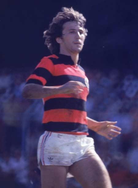Zico, Arthur Antunes Coimbra, é considerado o maior jogador da história do Flamengo. Com 568 gols, ele também é o maior artilheiro da história do clube. Só em campeonatos brasileiros, o Galinho de Quintino marcou 135 gols. O início da carreira foi no Flamengo, quando foi levado para a escolinha de futebol aos 14 anos. A estreia no time principal aconteceu em 1971.