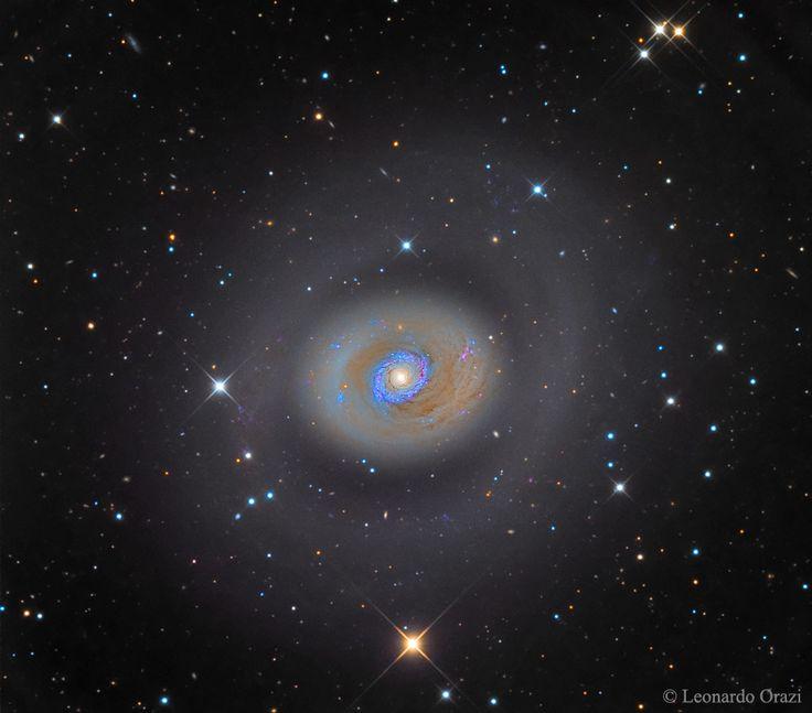 ¿Qué hace que el centro de  M94 sea tan brillante? La  galaxia espiral M94 tiene un anillo de estrellas recién formadas que rodea su núcleo y que le da no sólo una  apariencia inusual sino también un intenso resplandor interior. Una hipótesis sostiene que un nudo alargado de estrellas, conocido como barra, gira dentro de  M94 y ha generado un estallido de formación estelar en el anillo interior.  Observaciones recientes han revelado que el anillo más externo y más tenue no está cerrado y es…