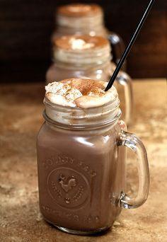 Cocktails chauds pour déguster en hiver. Comme ici, avec du chocolat et la crème fouettée
