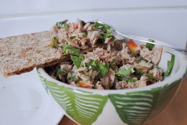Tonijnsalade met appel, spinazie en kappertjes