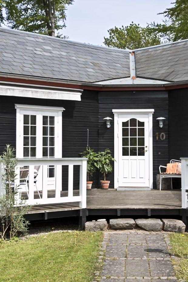 I et skovbryn i Nordsjælland ligger et fint hus, som er hjem for Kristina Lund Pansler og hendes familie. Det er indrettet moderne og med smukke blomster og planter.
