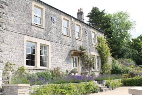 Roundhill Farmhouse Bath Roundhill is a traditional Bath stone farmhouse situated 10 minutes' drive from the UNESCO World Heritage Site of Bath city centre. The property offers free on-site parking.