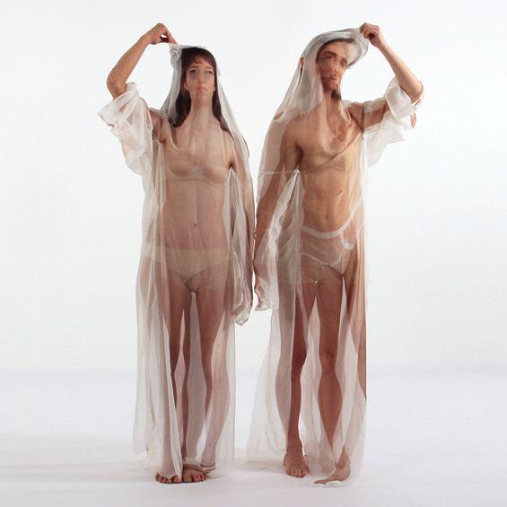 """Née à Arnhem, Imme est diplômée de Artez, l'Académie des Arts de Arnhem et du Royal College of Art de Londres. Pour sa série """"Beyond the body"""", elle imprime des silhouettes sur des pièces de soie transparente, invitant l'utilisateur à changer son apparence en revêtant des corps, des peaux, des âges et des identités différentes."""