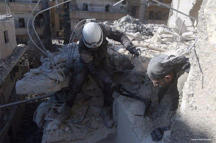 """46 warga sipil gugur dalam serangan udara terbaru pasukan Suriah dan Rusia di Aleppo  ALEPPO (Arrahmah.com) - Sedikitnya 46 warga sipil tewas dan ratusan lainnya luka-luka dalam serangan udara yang dilakukan oleh pasukan rezim Nushairiyah dan pesawat-pesawat tempur Rusia di utara kota Suriah Aleppo pada Sabtu (26/11/2016).  Petuagas pertahanan sipil setempat Ibrahim Abu Laith mengatakan serangan itu menargetkan wilayah yang dikuasai di Aleppo timur.  """"46 orang tewas dan 325 lainnya terluka…"""