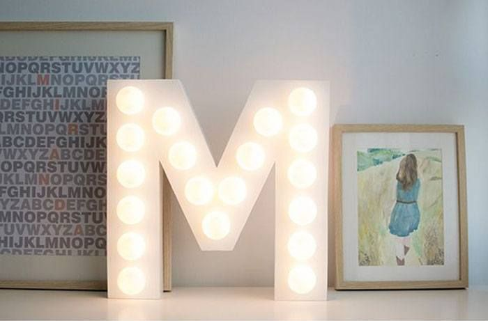 Aprenda, passo a passo, como fazer uma letra decorativa com luz para deixar a decoração da sua casa ainda mais personalizada e linda.