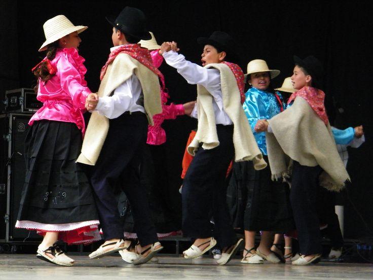Los bailes típicos, representados por niños de colegio en el festival de danza en el escenario La Media Torta en Bogotá...