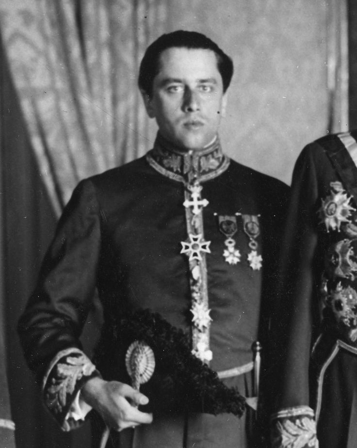 Tadeusz Romer as a counsellor of the Polish Embassy in Rome, wearing a diplomatic uniform with the decorations, from the bottom: Order of the Icelandic Falcon, Order of St. Sava, Order of the Crown of Romania, Order of St. Maurice and St. Lazarus; on the chest from the left: National Order of the Legion of Honour, Order of the Crown, 6 October 1928 (National Digital Archive)