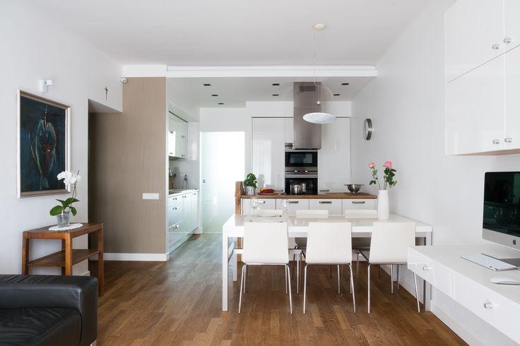Pokój  dzienny. Salon, kuchnia i jadalnia,  wydzielone miejsce do pracy. Białe meble i dębowa olejowana  podłoga doskonale się tu komponują. Kuchnia i sypialnia rozdzielone przez szklane przesuwane drzwi. #living #room #interior #modern #white #oak #wood