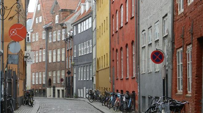 Magstræde er en charmerende gade fyldt med brostensbelagteveje. På den hyggelige gade er der noget for bådede sultne, de shoppeglade og de kaffetørstige, da Magstrædeog de omkringliggende gader er fyldt med restauranter, butikker og cafeer.  Magstrædes historiegår tilbage til 1500-tallet, og nogle af deældste husei København ligger her.
