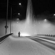 In die Stadt! Die Brücke Jätkänkynttilä in Rovaniemi, Lappland, Finnland. Kalt ist es.