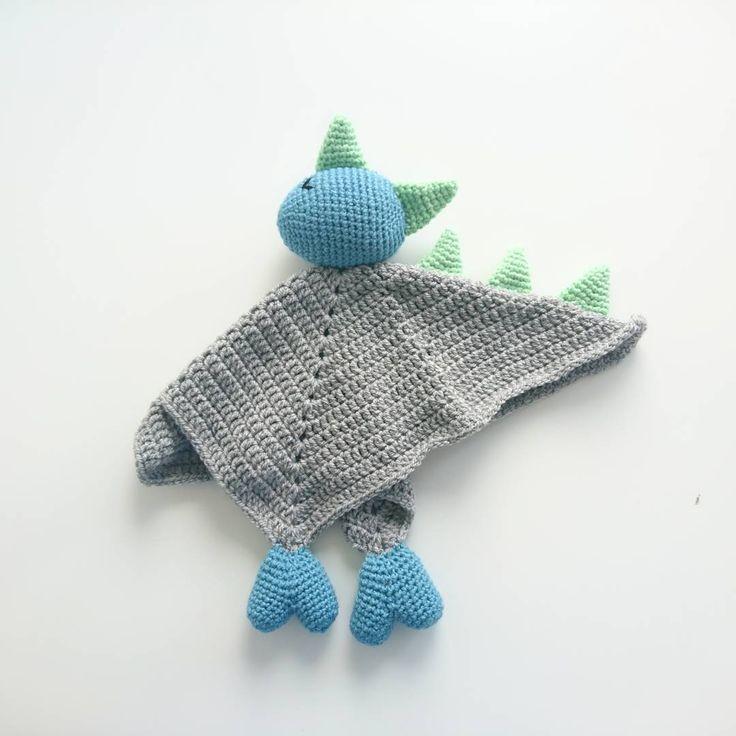 Denna draksnuttefilt vart till och med finare än vad jag trodde den skulle bli 🙈😍 pris: 170 +30 kr frakt Maila Cathrinvirkar@Gmail.com #draksnuttefilt #snuttefilt #lovie #virka #virkat #crochet