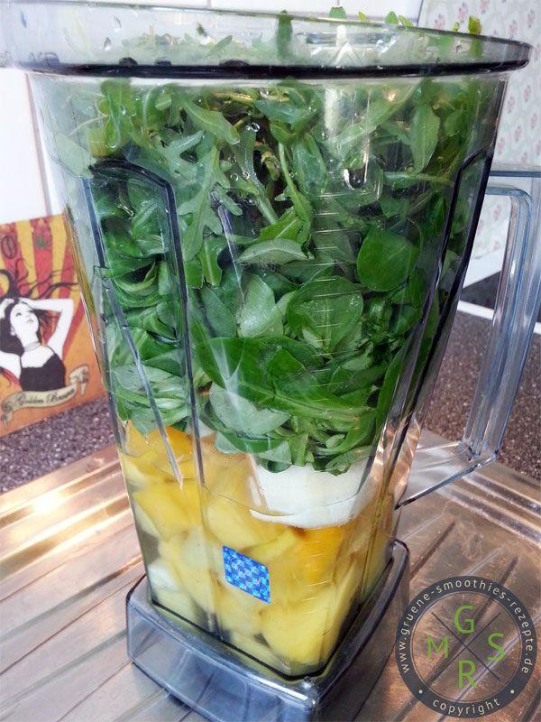 Grüner Smoothie mit Rucola, Feldsalat, Ananas, Mango und Birne