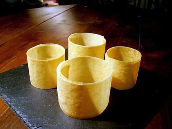 """La meilleure recette de Réaliser des """"cercles"""" de feuille de brick...! L'essayer, c'est l'adopter! 4.9/5 (11 votes), 14 Commentaires. Ingrédients: Des feuilles de brick, Du beurre fondu"""