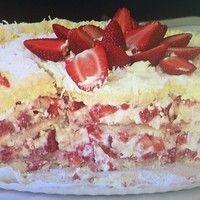 Dos deuses! Aprenda a fazer o tradicional bolo de morango com suspiro