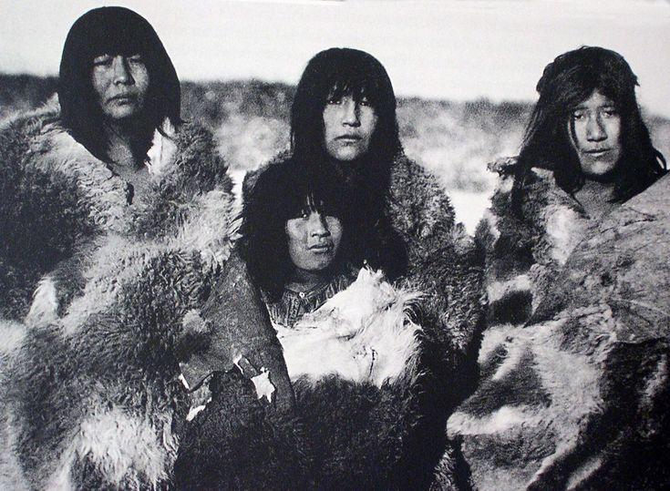 """Mujeres selk´nam. Tierra del Fuego. Fotografía de Martín Gusinde. 1923. En: """"Los Indios de Tierra del Fuego: Los Selknam"""". Martín Gusinde. Editorial C.A.E.A. 1982."""