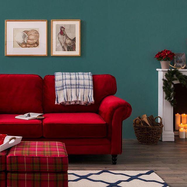 """Wir bei #home24 lieben traditionelle Weihnachtsgemütlichkeit! Da dürfen Kuscheldecken, Kerzenschein und unser rotes Lieblingssofa """"Dijon"""" nicht fehlen! 🌲🌟🎅🏻 Lass dich von unserem Weihnachtsshop verzaubern #christmasiscoming #christmasmood #christmasshopping #christmasdecorations #samt #couch #livingroom #interiorinspiration #interiordesign"""