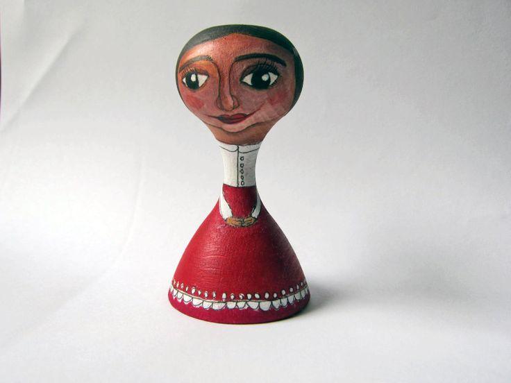 První dáma Ručně malovaná figurka. Pro potěchu oka... ... k hraní doma i na zahradě. Výška 8,5 cm, průměr spodničky 4,8 cm. Použity akrylové barvy, bezbarvý vodou ředitelný lak.
