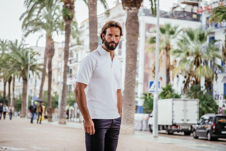 Piqué Poloshirt für Herren in 11 Farben verfügbar. Tolles Kurzarm-Polo-Shirt in frischen Farben, mit typischem Polokragen und zeitgemäß kurzer Knopfleiste. Das Shirt ist lässig geschnitten und hat ein gesticktes Trigema-Schwingen-Logo auf der Brust. Der Saum ist seitlich geschlitzt. Auch in Übergrößen bis 3XL zu haben. Material: Deluxe-Piqué aus 100% extra langstapelige Baumwolle mako-supergekämmt. Klassische Schnittform.