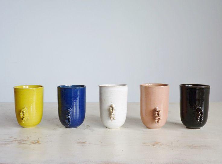 Taza cerámica / gres / hecho en torno / modelada a mano / piezas únicas.medidas 7.5 cm diam 11 cm altocolores disponibles: rosa, celeste, amarillo, azul, blanco, negro, beige.