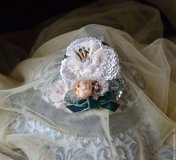 Купить или заказать Брошь ' Букетик' в интернет-магазине на Ярмарке Мастеров. Брошь вышита на натуральном шелке. Материалы: французские пайетки,канитель, бисер, винтажный кристалл Сваровски, речной жемчуг, пайетки, винтажный бутон, бархатная лента, антикварное кружево( Франция). Обратная сторона броши - шелковы…