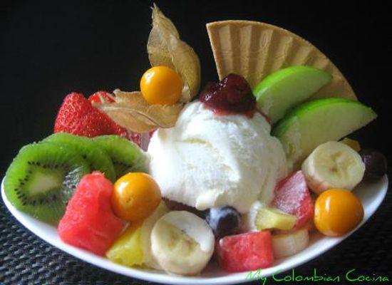 Ensalada de frutas fruit salad acompanado con una - Postres con frutas faciles ...