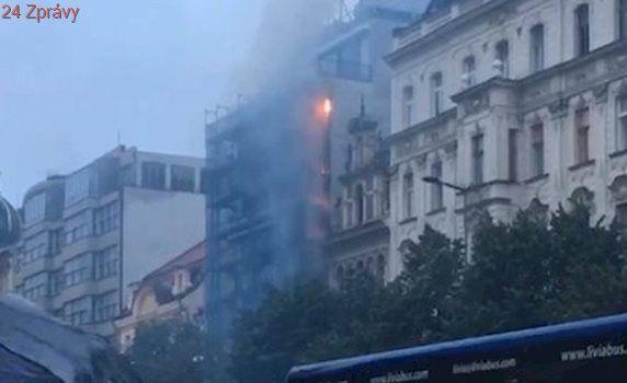 Policisté ví, co způsobilo požár v hotelu Juliš: Hasící práce poničily jeho interiér i knihkupectví